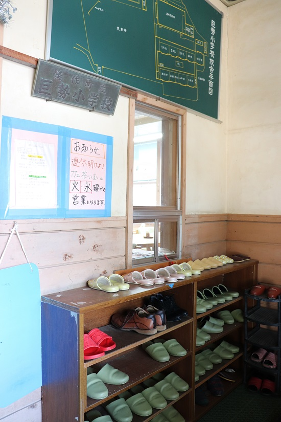 旧巨勢小学校内「そば処くまのて」の入口