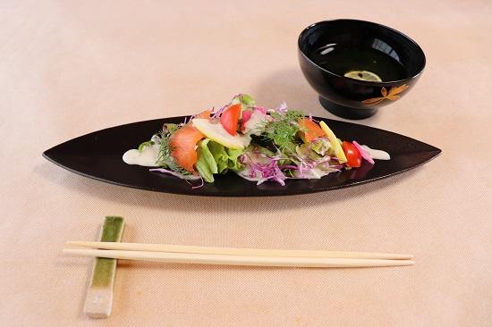 津山和風肉ダイニング源の焼きしゃぶのサラダとお吸い物