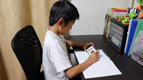 子供専用オンライン英会話「GLOBAL CROWN」で勉強中の小学生