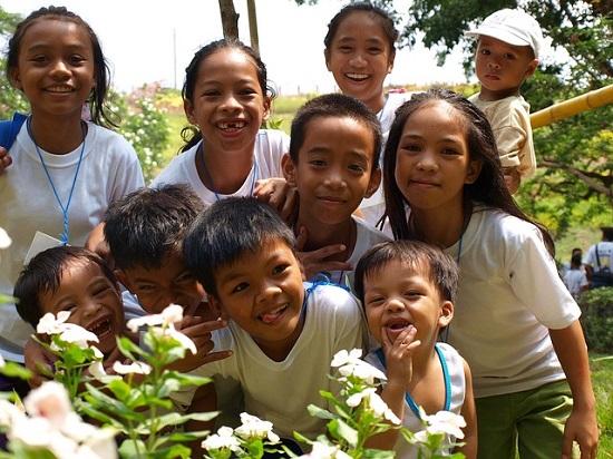 笑顔の小学生の子供たち