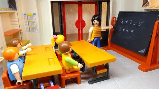 子供が英語の授業を受ける