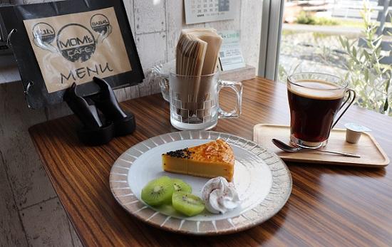 MOM's CAFEのケーキとコーヒー