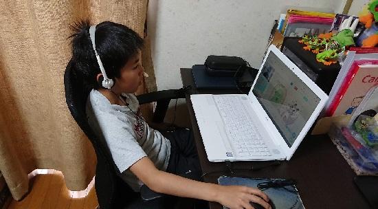 オンライン英会話クラウティでレッスン中の小学生