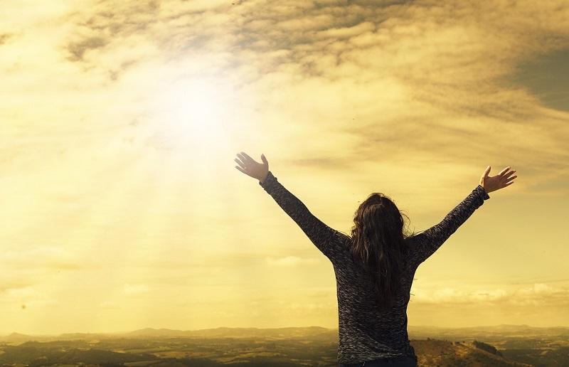 天に祈る女性