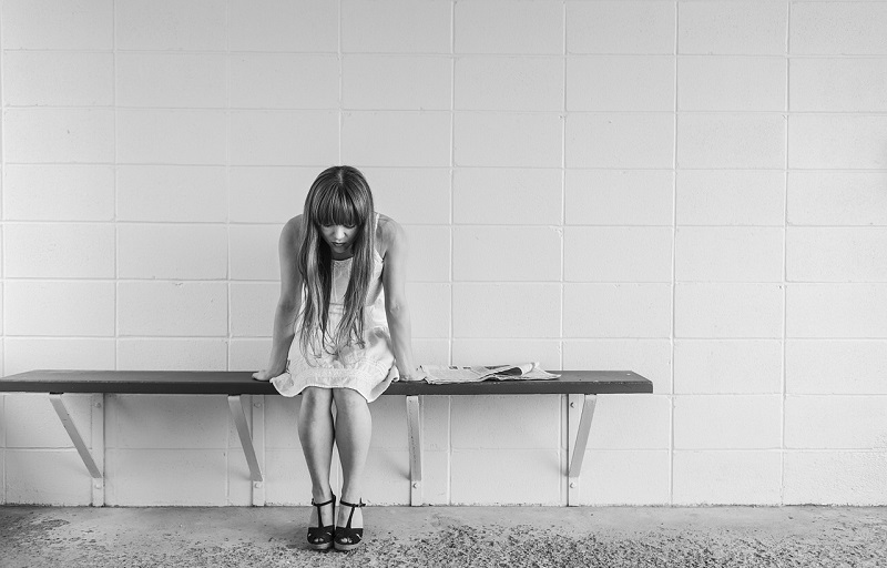 痛みと悲しみの女性