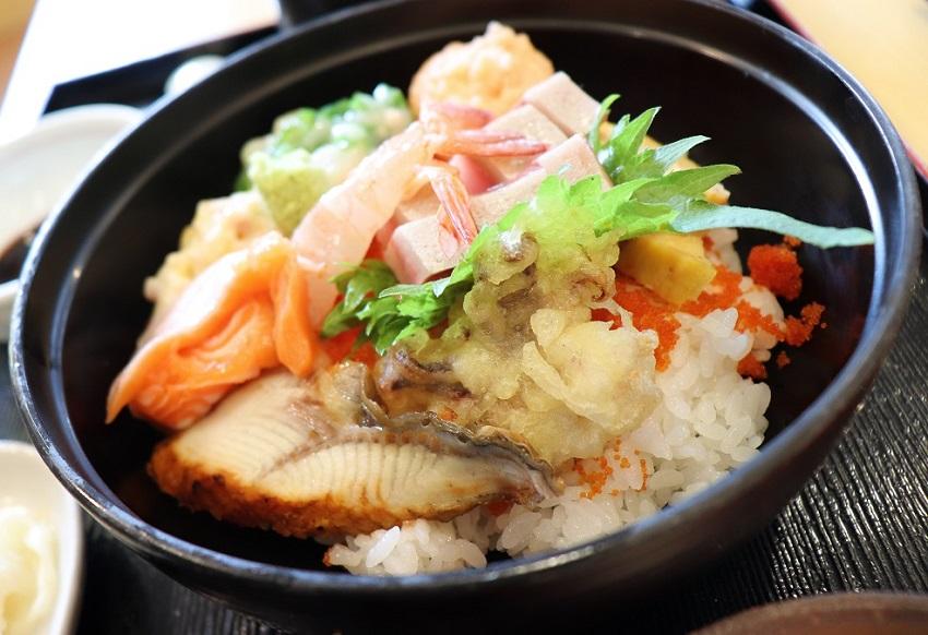 回転居食屋 悠喜の海鮮丼ランチ
