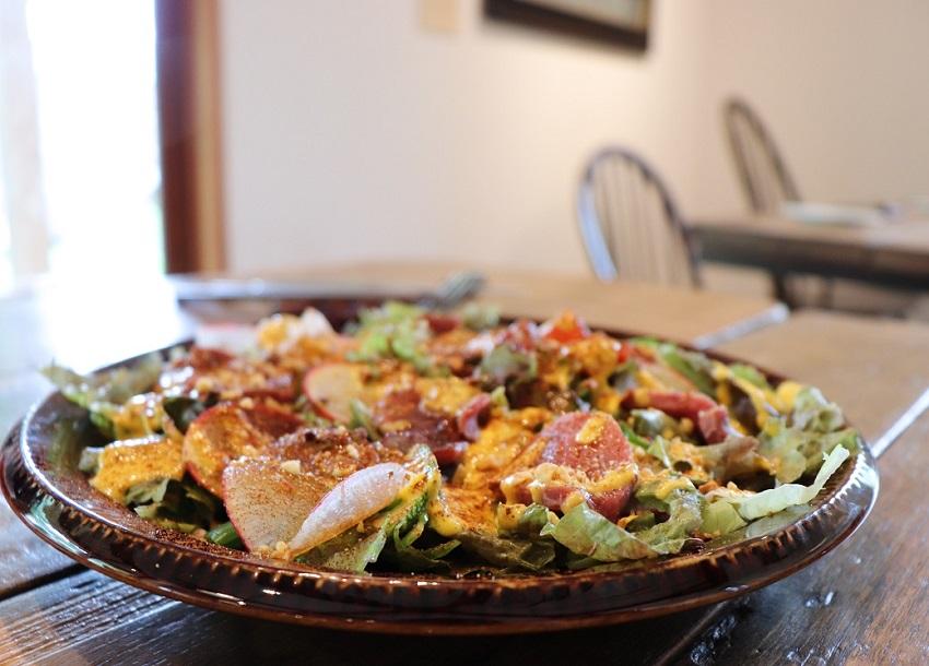 「山のブラン」鹿肉のカルパッチョサラダ
