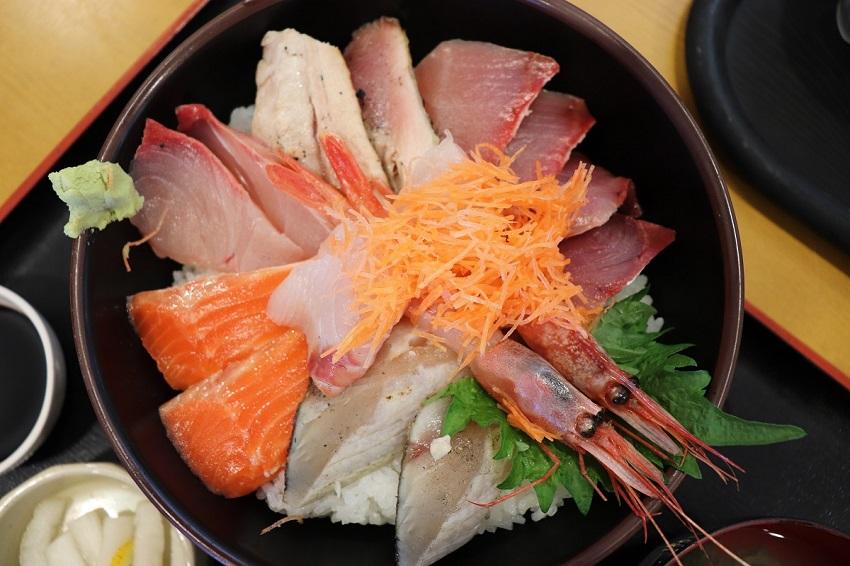 「賀露港 市場食堂」海鮮丼